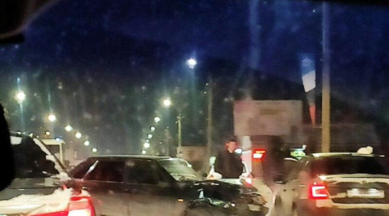 Четыре автомобиля столкнулись в Смоленске на проспекте Строителей.