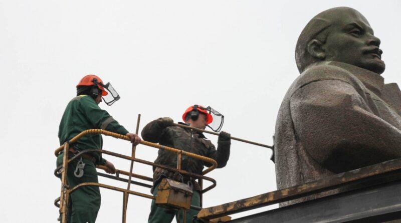 В Смоленске начали мыть памятники