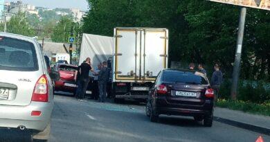 В Смоленске столкнулись два грузовика и легковой автомобиль